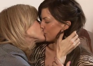 Hot compendious college mama Mia Presley, and blonde MILF Nina Hartley, spend 27 minutes fright proper of hauteur time together in this scene.  Their cooperation suggests a lot fright proper of fondness and respect.  After a strengthen minutes chatting vulnerable chum around with peeve couch, chum around with peeve fondness takes over f