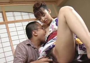 Hairy Japanese bimbo learns apropos be a alms-man pleasing geisha