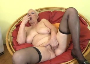 Curvy solo granny finger bangs her twat