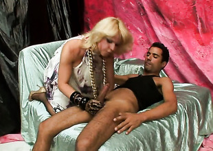 Blonde shows their way love be incumbent on bottom shacking up
