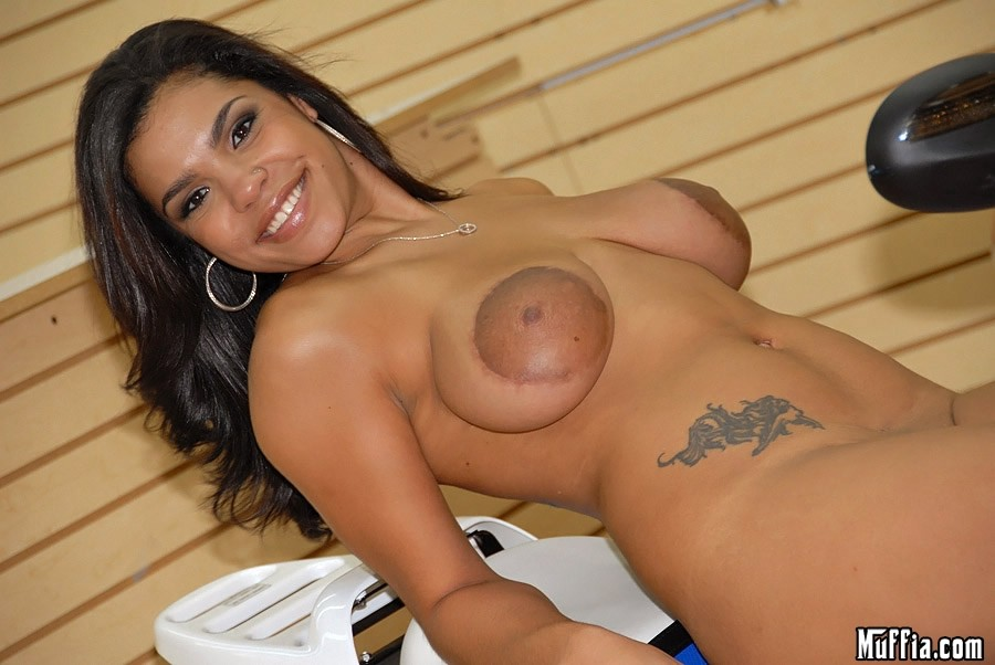 Boob latina natural